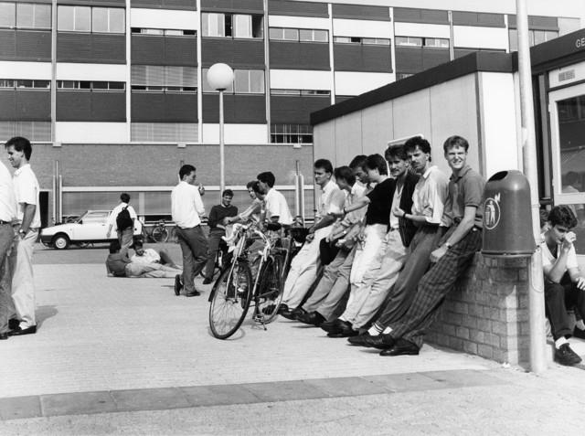 1238_F0214 - Groep jongemannen in de zon voor een gebouw