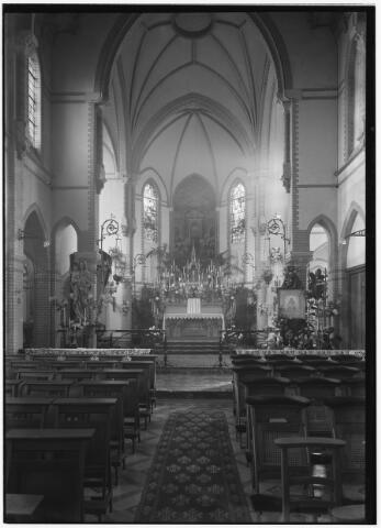 050953 - De kapel van het Cenakel versierd ter gelegenheid van de viering van de zaligverklaring van de stichteres van de congregatie der zusters van O.L.V. van het Cenakel, Maria Victoria Theresia Coudere. Rechts in het priesterkoor haar versierde portret.