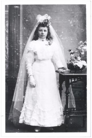 006168 - Eerste H. Communie van Mia Verschuuren, dochter Verschuuren-van Hoof, geboren te Tilburg 3 december 1895.