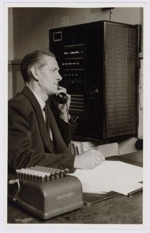 104226 - Energievoorziening. De heer Henk de Bresser telefooncentrale van de Gasfabriek