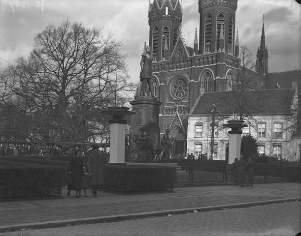 652124-bew - Straatbeeld. Heuvelse kerk, st Josefkerk, ontmoetingsplek onder de lindeboom, standbeeld Willem II.