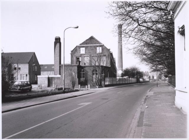 023330 - In het midden een deel van de voormalige wollenstoffenfabriek Beka. Links, op het vroegere fabrieksterrein, staan nieuwbouwwoningen
