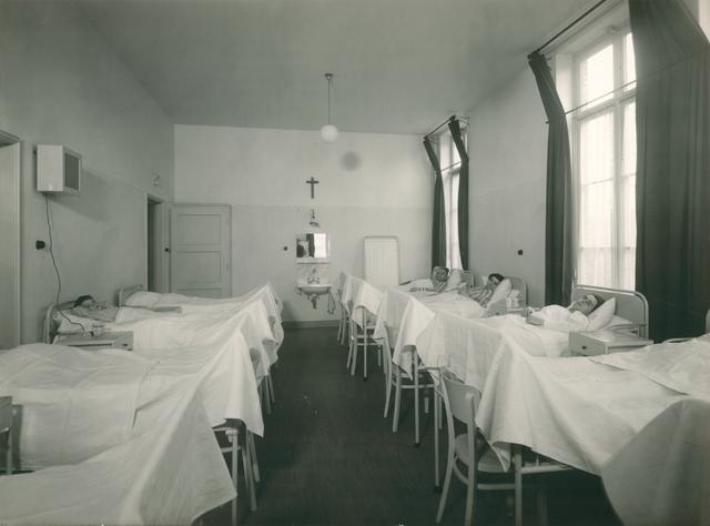 654218 - Elisabethziekenhuis. Gezondheidszorg. Chirurgische mannenafdeling 3e klasse. Links is de draadomroep te zien.