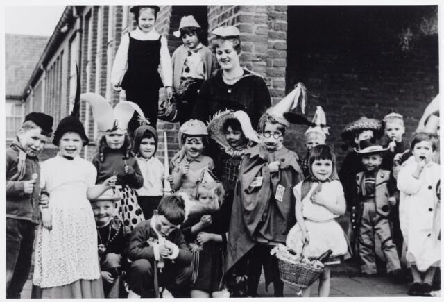 045531 - Onderwijs. Kinderen van de voormalige St. Annakleuterschool aan de Van Hessen Kasselstraat tijdens carnaval.