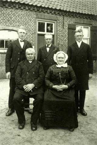 054614 - Piet Hesselmans (Hilvarenbeek 1869-Esbeek 1935) en zijn vrouw Trien Schellekens (Esbeek 1870-1965). Op de achterste rij v.l.n.r. hun zonen Jan, Tinus en Janus. Piet Hesselmans was landbouwer en lid van het Esbeeks kerkbestuur.