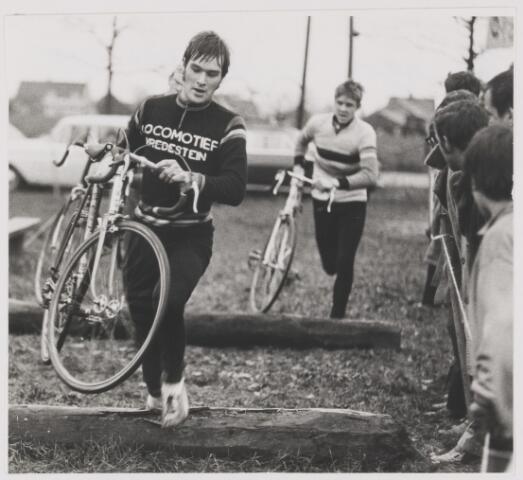 082126 - Wielrennen. Cycle cross in Gilze. Aan de leiding Henk van Dongen uit Prinsenbeek. Uiteindelijke winnaar werd Wim Vermetten