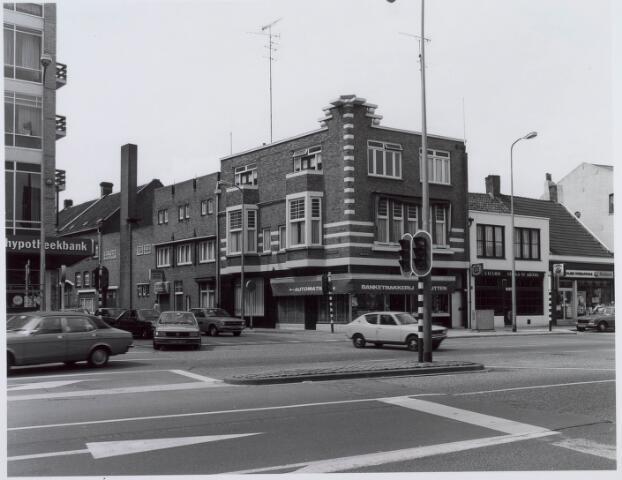 021102 - Banketbakkerij Rutten op de hoek Heuvel - Telegraafstraat. In het aangrenzende pand in laatstgenoemde straat had men ook nog een automatiek