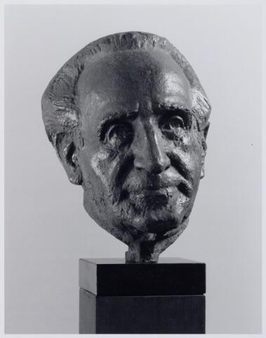 049116 - Beeld voorstellende frater Ferrerius van den Berg, grondlegger van het museum Scryption. Hij werd geboren te Goirle op 20 oktober 1915 als Franciscus Petrus Maria van den Berg, en overleed te Tilburg op 5 november 1997. Hij was leraar schoonschrijven, steno en machineschrijven en in 1949 met zijn verzameling begonnen.