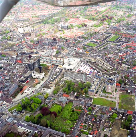 D-000110-3 - Luchtfoto voor Stadsnieuws. Centrum van Tilburg met o.a. Katterug, Paleis-Raadhuis en tuin achter het klooster van de Visitandinen aan de Bisschop Zwijsenstraat. Thans ged. Muzentuin, 1992-1993.
