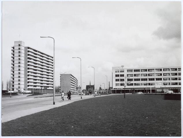 019959 - Flats aan de Hart van Brabantlaan, gezien vanaf de Ringbaan-West. Op de achtergrond de Noordhoekse kerk
