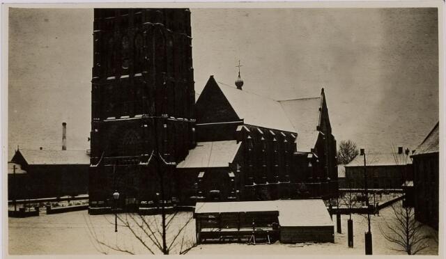 084429 - Vrijthof in Hilvarenbeek met St. Petruskerk.