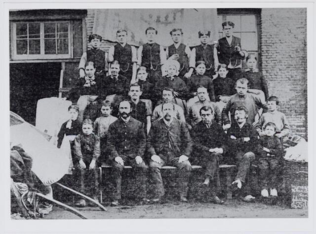 037527 - Textiel. Directie en personeel van Van Beurden - Van Moll in 1889. Het bedrijf begon eind 19e eeuw met de produktie van wollenstoffen en sloot in 1964 haar deuren