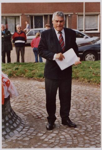 050098 - Volt, Algemeen, Kunstwerken, Onthulling, Voltvonk. Op 30 oktober 2002 werd dit monument opnieuw onthuld op het Transvaalplein, een locatie dicht bij het oude Voltterrein. Burgemeester J. Stekelenburg tijdens zijn toespraak.