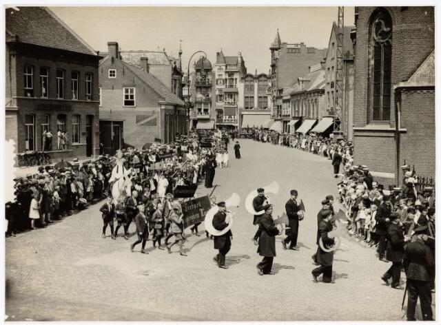 048924 - De Folklorestoet 'Brabant is sijn eugen lant' trekt op 21 juli 1929 door het centrum van Tilburg. Hier op de Oude Markt. Op de foto zijn slechts twee agenten te zien toch waren geen dranghekken nodig op het talrijke publiek keurig op hun plaats te houden.