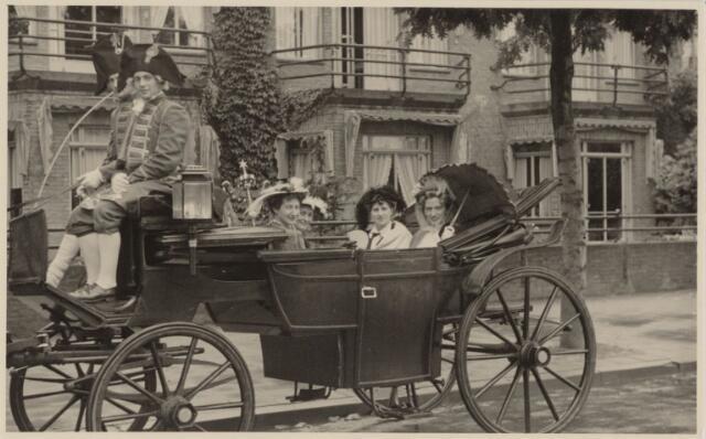 049031 - Mariëngaarde. Festiviteiten te Tilburg b.g.v. het 50-jarig regeringsjubilé van Koningin Wilhelmina op 6 september 1948. Aankomst van koning Willem II bij de 'Vier Winden' aan de Bredaseweg ter hoogte van het oud Belgisch lijntje.  Verslag over deze festiviteiten met optocht staat in het Nieuwsblad van dinsdag 7 september 1948. hier stopt een rijtuig bij huize Mariëngaarden