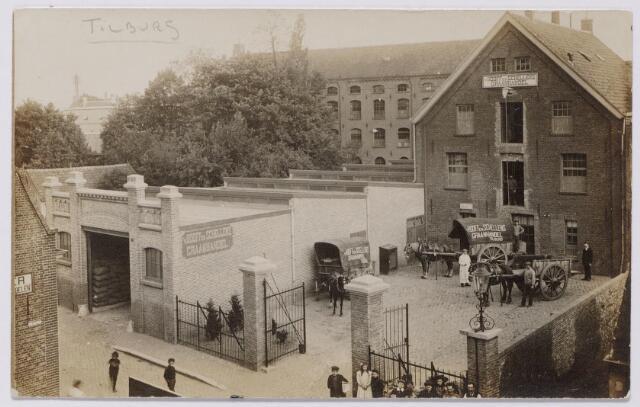 043907 - De graanhandel van de firma Van Hooff enn Schellens aan de Telegraafstraat 38 op de hoek van het Pieter Vreedepad. Op de achtergrond de fabriek van de Gebr. van Spaendonck aan de Tuinstraat 1, in 1929 overgenomen door Fr. van den Bergh van de AaBe-fabrieken. Deze fabriek is gesloopt in 1961. Ook het pand van Van Hooff & Schellens verdween om plaats te maken voor het Pieter Vreedeplein.