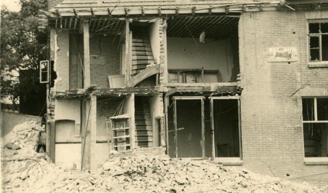 200458 - WOII; WO2; Tweede Wereldoorlog. Een zwaar beschadigd huis aan de St. Josephstraat (nu Prinsenhoeven) na het bombardement in de nacht van 30 op 31 juli 1942.