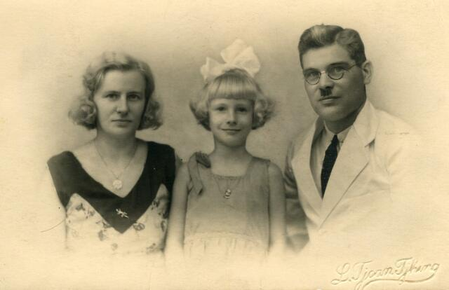 091980 - Bram van Meenen en zijn gezin in Soerabaja. Abraham van Meenen werd geboren te Tilburg op 22 maart 1893 als zoon van ketelmaker Willem Frederik van Meenen en Neeltje Martina Riede uit Hoogvliet. Hij trouwde te Loosduinen op 30 maart 1921 met Johanna Jacoba (Anna) Kardol. In het midden hun dochter Nelie, in 1932 8 jaar oud.