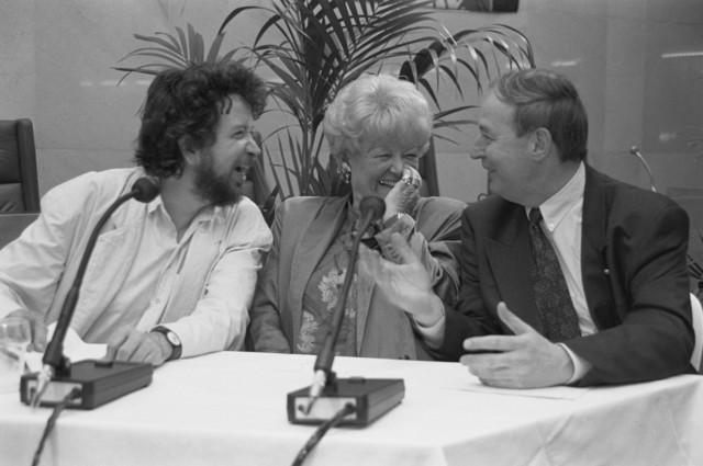 TLB023002724_001 - Roel van Gurp (links) in een vrolijk onderonsje mevrouw .... en Jan Melis (rechts) tijdens een raadsvergadering.