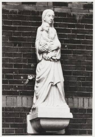 067948 - MARIABEELD van ALbert VERSCHUUREN (Tilburg 1887-Oosterhout 1953), in de gevel van Kwaadeindstraat 2. Vervaardigd eind jaren dertig.    Trefwoorden: kerkelijke kunst, openbare ruimte.