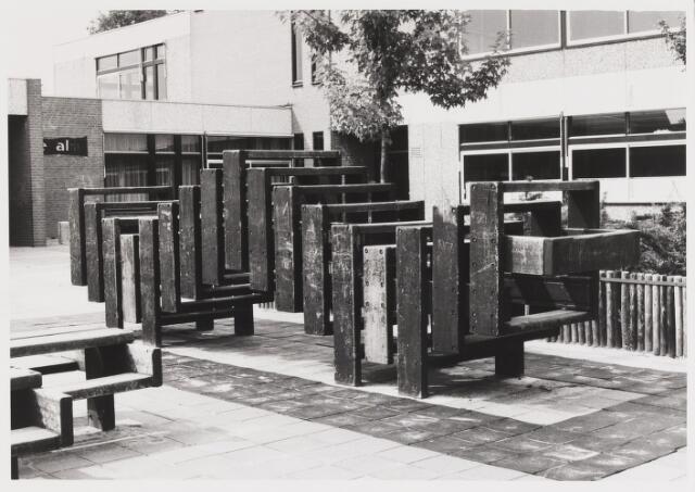 """067641 - SPEELOBJECT van beeldhouwer Nico van den BOEZEM (Leerdam 1935), geplaatst op de speelplaats van de R.K. basisschool """"De Alm"""", Groenewoudstraat 70. Materiaal: hardhout (Meranti). Realisatie: 1979"""