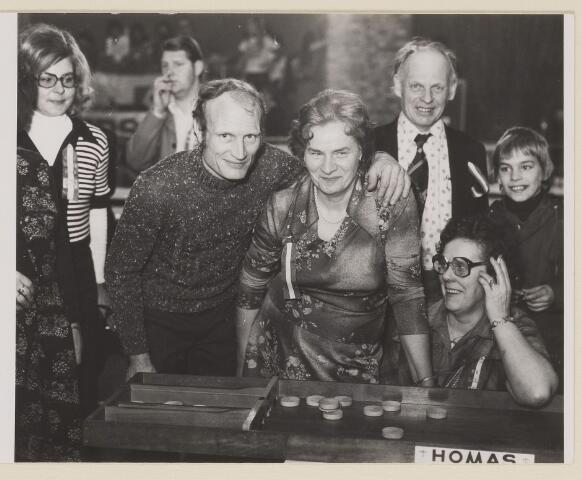 083659 - Wereldkampioenschap sjoelen. In het midden de heer Van Leeuwen uit Aalsmeer, mw. Joosen uit Breda