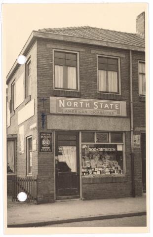 018723 - Tabakswinkel van M. Kniknie in de Gebroeders van Eijkstraat. Reclamebord 'North State' American cigarettes