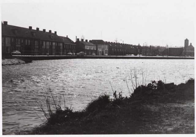 028463 - Overzicht van de Piushaven met woonhuizen aan de kade
