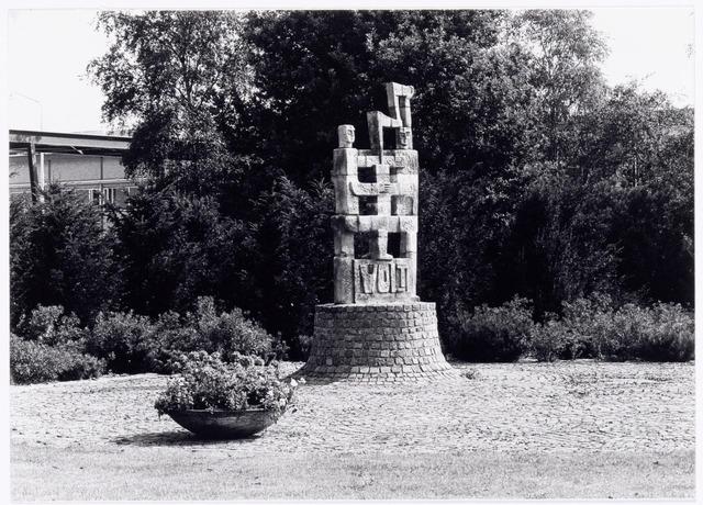 """039476 - Volt, Algemeen, Kunstwerken, Monument, Voltvonk. Ter vervanging van het relief in de zijgevel van het voormalige hoofdkantoor aan de Groenstraat, werd op het gazon tussen de hallen NA en ND op complex Noord op 27 maart 1980 een nieuw beeld onthuld. De benaming van het beeld was """"Voltvonk"""". Het is een ontwerp van de kunstenaar Paul Vincken verbonden aan het Keramisch Kollektief in Beersel ( noord Limburg ). Het Keramisch Kollktief is een groep kunstenaars die verbonden zijn aan de Kleiwarenindustrie St. Joris aldaar. Het beeld is inmiddels geheel gerestaureerd en opnieuw opgebouwd op het Transvaalplein door de  Tilburgse kunstenaar Charles Vergouwen. De locatie ligt dicht bij de plek waar Volt in 1909 begonnen is. Op woensdag 30 oktober 2002 is de Voltvonk opnieuw onthuld door Burgemeester Stekelenburg en tegelijkertijd overgedragen aan de Gemeente Tilburg via een toespraak van de oud directeur van Volt, Ir. A. Hoevenaars."""