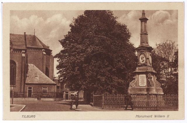 002490 - Markt met kerk van het Heike en rechts de gedenknaald voor koning Willem II.