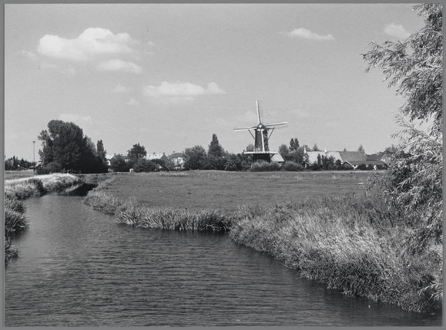 88738 - Gezicht op de molen en rechts daarvan het voormalige molenaarshuis.