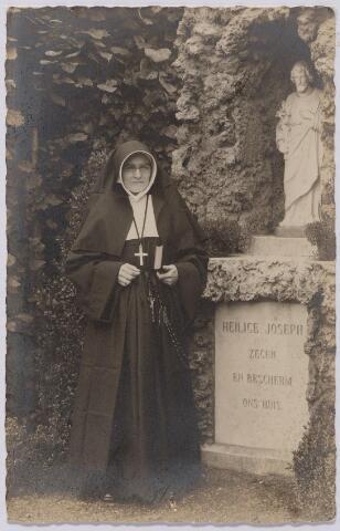 043892 - Nonnen. Een zuster van de congregatie der liefdezusters van O.L.V. Moeder van Barmhartigheid in de tuin van het moederhuis aan de Oude Dijk bij het beeld van de H. Joseph.
