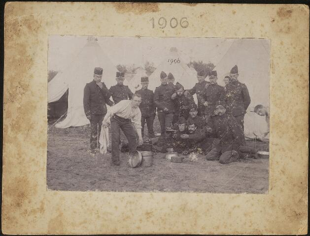 603697 - Dienstfoto van Lambertus P.A. de Cocq (Tilburg 1877-1949), gehuwd met Cornelia W. van de Kerkhoff. Lambertus werd als dienstplichtige van de gemeente Tilburg in maart 1897 ingedeeld bij het 6e regiment infanterie. Dit betrof zijn dienstplichtige periode. Na een lange tuijd van verlof werd hij in 1905 opnieuw onder de wapenen geroepen bij het 42e Bataljon van de Landweer-Infanterie. In juni 1906 kreeg hij groot verlof. Lambertus de Cocq staat op deze foto waarschijnlijk rechts van het midden, gehurkt met geweer en bajonet in de houding.