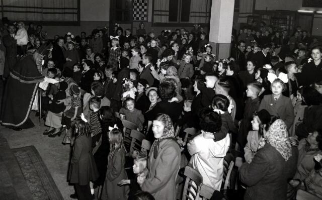 055056 - Sinterklaasviering bij  Metaaldraadlampenfabriek Volt.De viering werd gehouden in de grote kantine in 1954,in gebouw B gelegen aan de Voltstraat 1e etage.