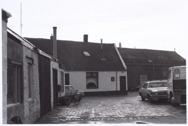 017197 - Binnenplaats van garage Havermans aan de Capucijnenstraat