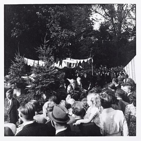 012208 - WO2 ; WOII ; Tweede Wereldoorlog. Kerstbomen en -mannen in de bevrijdingsoptocht van 9 mei 1945 in het Wilhelminapark
