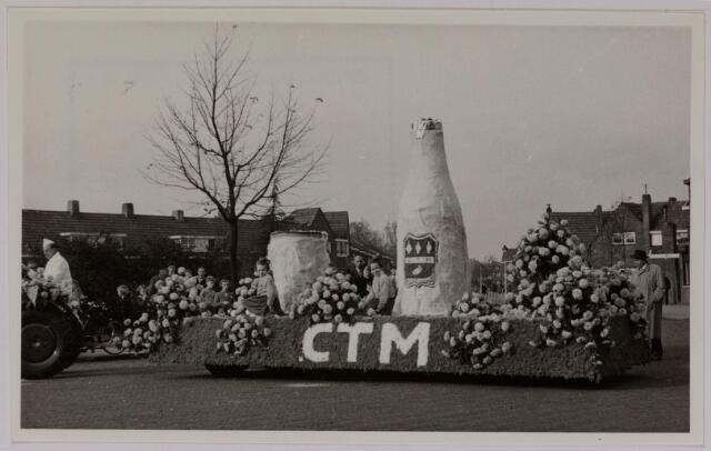 043144 - Wol- en bloemencorso b.g.v. het 10-jarig bevrijdingsfeest. Wagen van de C.T.M.