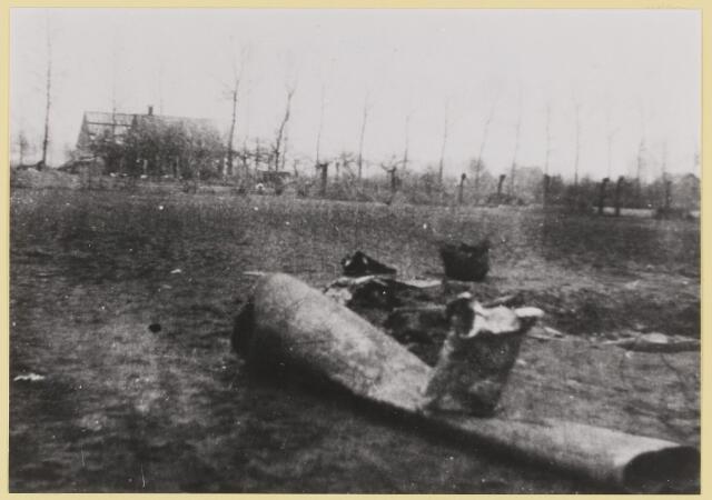 077494 - Tweede wereldoorlog 1940-1945. Een vliegende bom (V1), gevallen in Kerkhoven.