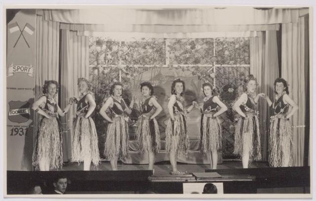 """044003 - Revue """"Gaat ie goed"""", opgevoerd in de zaal van de weduwe Zebregs aan het Smidspad t.g.v. het tienjarig bestaan van T.V.V. Gedro (Tilburgse Voetbal Vereniging George Dröge)"""