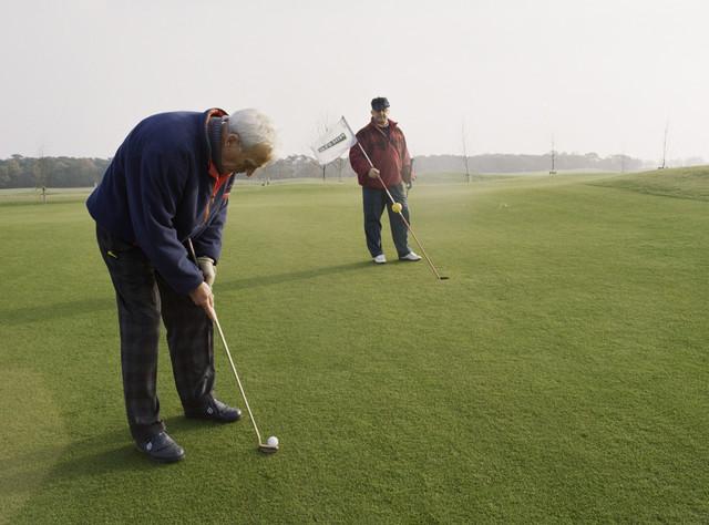 TLB023000988_001 - Golfbaan Prise d'eau. Twee heren op de baan.