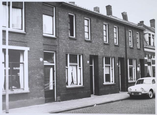 024184 - Panden Prinses Sophiastraat 61, 63, 65 en 67 (van rechts naar links). In het laatste pand zat een paardenslagerij