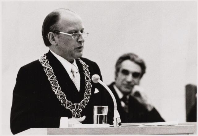 103405 - Installatie burgemeester drs. H. Letschert. tijdens zijn toespraak naast hem wethouder Evertse.