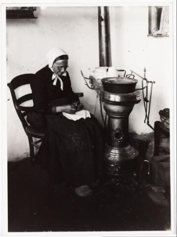 008514 - Interieuropname met vrouw die het eten klaarmaakt bij de plattebuis, gefotografeerd door Henri Berssenbrugge (1873-1959) in 1904.