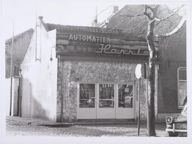 014253 - Automatiek Harrie op de hoek Trouwlaan - St.-Annaplein. Nog juist zichtbaar een gedeelte van het bekende etablissement Den Engel