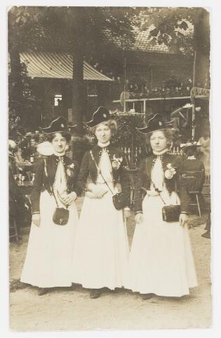 068210 - Muziekfeesten. Zomerkermis gehouden van 25 - 29 juni 1904. Catharina Hegeman (van Hotel de Zwaan), Verschuuren (voornaam onbekend) en Jos. Verschuuren