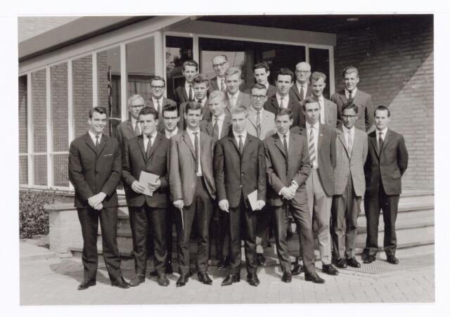 038566 - Volt.Zuid. Opleidingen. Geslaagden van de vaklieden opleiding studiejaren 1960 - 1963. Diploma´s  J.N.O., Bemetel en V.E.V.. De gediplomeerden zijn: Blous, van Erp, Gelens, van Helvoirt, Hermes, Koks, Mommersteeg, van den Oetelaar, Roders, van Beers, Dekkers, van Oort, Wagemakers, Janssens en Lucassen. Mogelijk is dit een mix van gediplomeerden van Volt Oosterhout en Volt Tilburg.