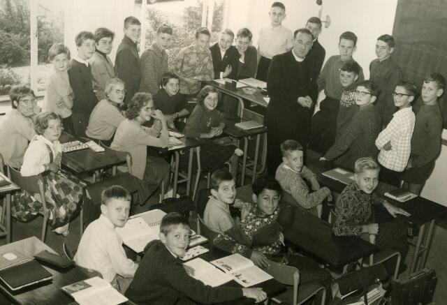 092072 - Klassefoto van klas 1B van de St. PAULUS-HBS, 1963