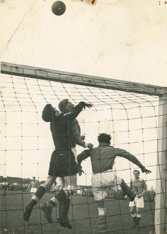 800131 - Sport. Voetbal. Voetbalvereniging R.K.S.V. Taxandria in Oisterwijk. Actiefoto gezien vanachter het doel.
