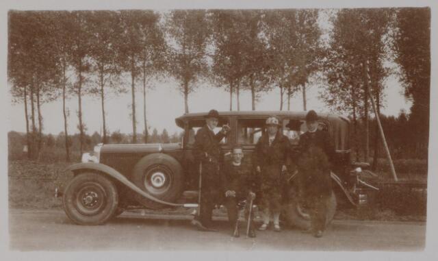 049093 - De eerste auto van de Tilburgse fabrikantenfamilie De Beer-Eras, een Winston-Six. Voor de auto Theresia de Beer-Eras met haar drie priesterzonen: Beranrd, Frans en Karel de Beer.