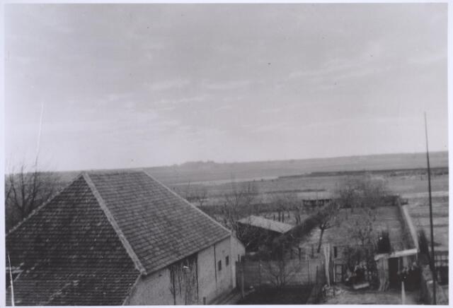 024983 - Achterzijde van de Laarstraat in 1942. Rechts de tuin van de familie Tolsma en links de schuur van boerderij Mutsaers